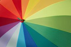 Regenbogenfarben auf einem Regenschirm
