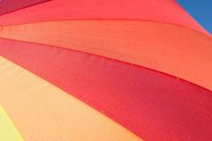 Regenbogenfarben auf einem Regenschirm III