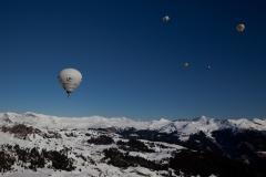 Heißluftballone über den Alpen in Arosa