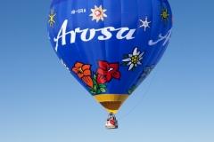Heißluftballon über den Alpen in Arosa