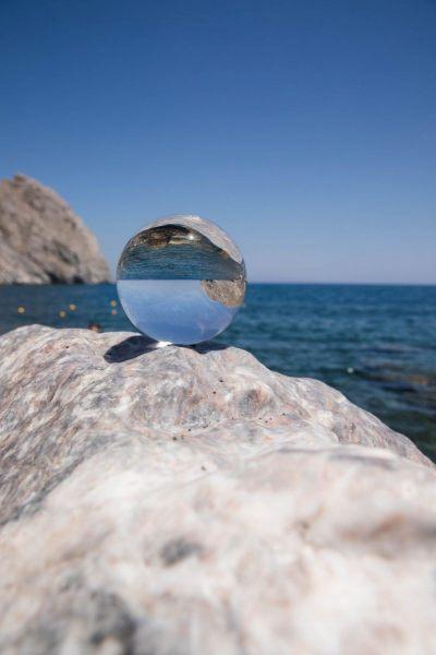 Glaskugel auf einem Felsen am Meer