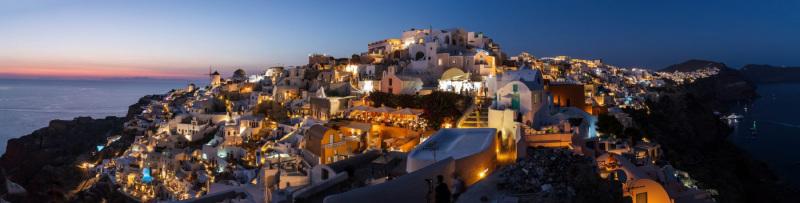 Panorama von Oia am Abend