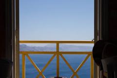 Blick auf die Caldera von Santorini durch eine Tür