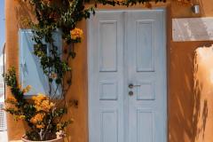Weiße Tür in orangefarbenem Haus